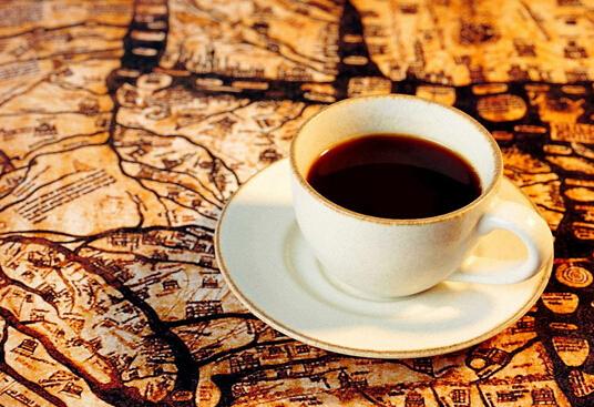 咖啡最富有浪漫色彩的故事之一是有关在马提及克岛(Matinique)任职的一个法国海军军官加布里埃尔.马蒂厄.德.克利的。当他即将离开巴黎时,设法弄到了一些咖啡树,并决定把它们带回马提尼克岛。 那大约是在l720年或I723年。他也可能往返了两次,因为第一次带的接苗都没成活。可以确信的是,最终德.克利是带着一棵最好的并且一直都精心护理的树苗从南特的(Nantes) 启航的。树苗保存在甲板上的一个玻璃箱裹,玻璃箱能防止海水冲溅并有保温作用。